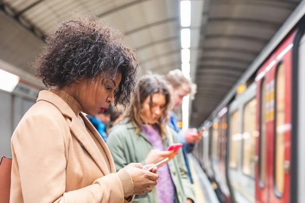 Mensen wachten op metro trein in londen