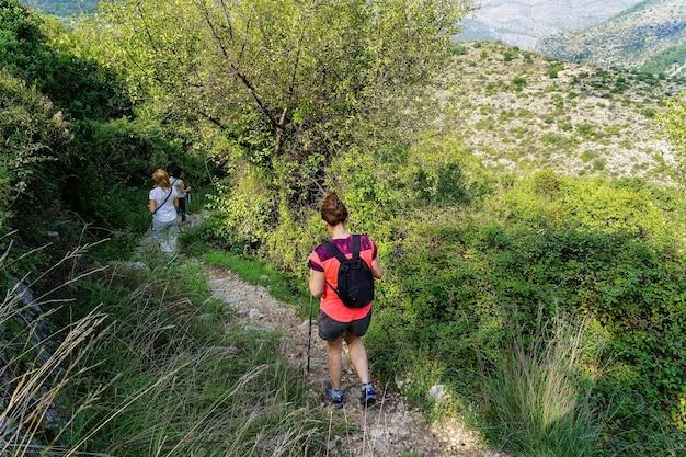 Mensen wandelen op het bospad in de berg.