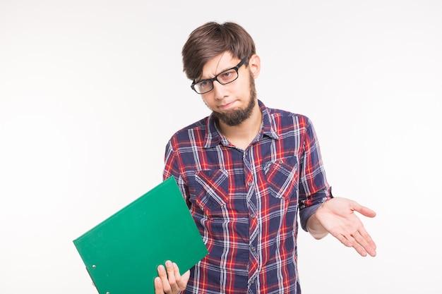 Mensen, werken en gebaar concept - portret van een verwarde bebaarde man schouders ophalen en klembord geïsoleerd op een witte achtergrond houden