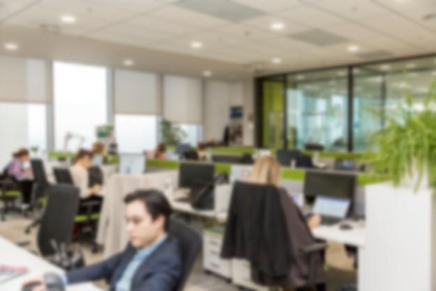 Mensen werken op computers in een modern kantoor. wazig.