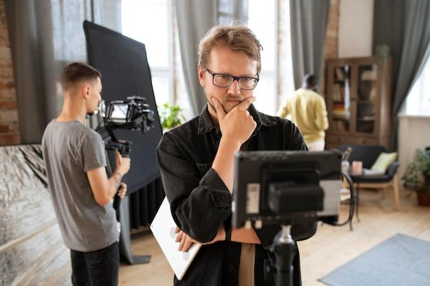 Mensen werken samen aan een nieuwe film
