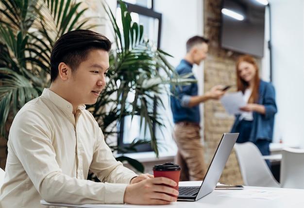 Mensen werken samen op kantoor