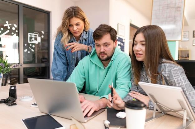 Mensen werken samen voor een nieuw project
