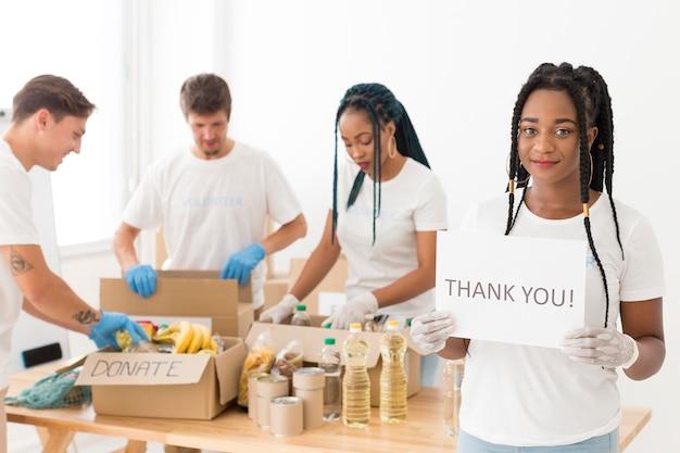 Mensen werken samen voor een speciaal doel en zijn dankbaar
