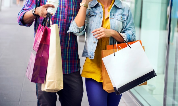 Mensen winkelen die klant consumentisme concept doorbrengen