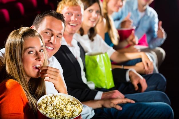 Mensen zien een film in de bioscoop en hebben plezier