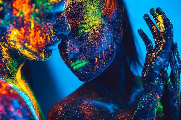 Mensen zijn gekleurd fluorescerend poeder