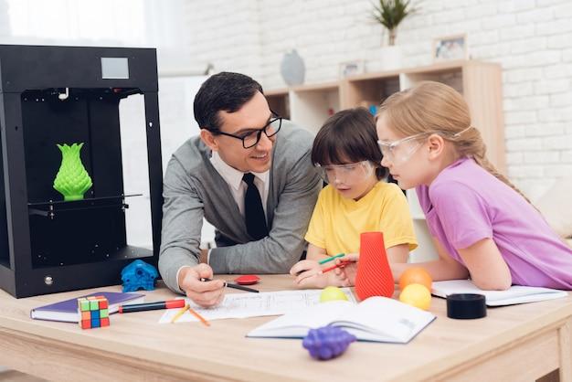Mensen zijn schoolkinderen en studeren samen in de klas.