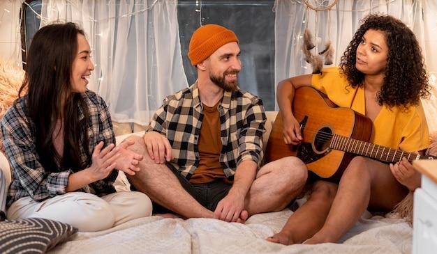 Mensen zingen binnenshuis avontuurlijke road trip concept