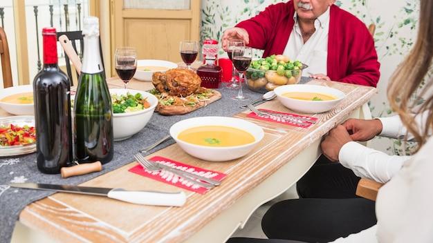 Mensen zitten aan feestelijke tafel