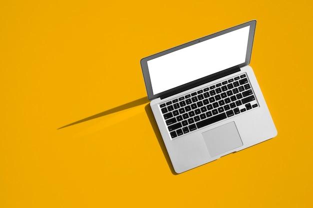 Mensen zitten op een werk met een laptopcomputer voor een kleurentabel op de schoolbordachtergrond