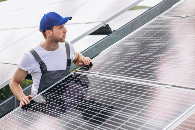 Mensenarbeider in firld door de zonnepanelen