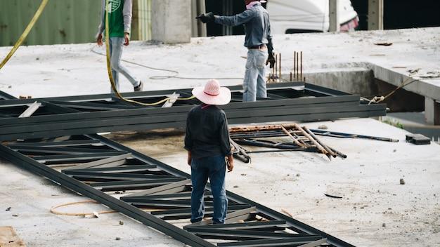 Mensenbouwvakker bij bouwwerf