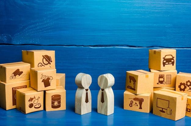 Mensenfiguren die zakelijke onderhandelingen voeren en dozen. handelsgoederen, bedrijfsproces