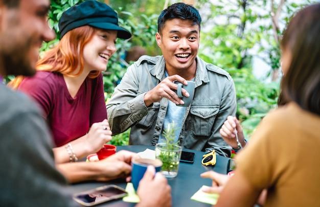 Mensengroep die latte drinkt in de tuin van de koffiebar
