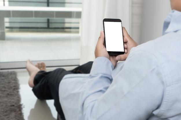 Mensenhand die het zwarte model van het smartphonescherm houden