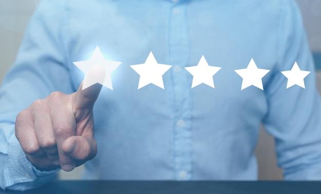 Mensenhand die op uitstekende beoordeling vijfsterren tonen.