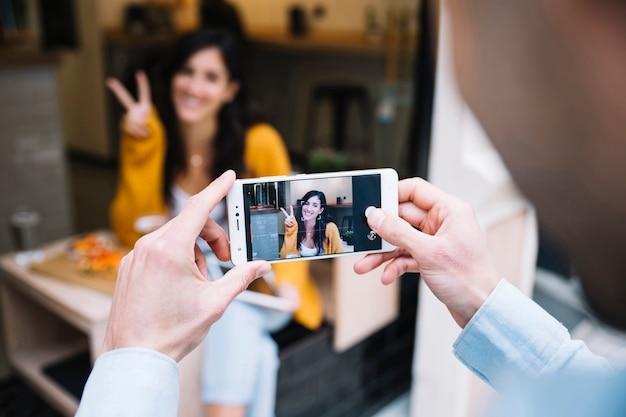 Mensenhanden die foto van glimlachende vrouw nemen