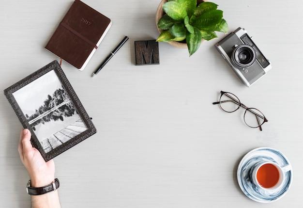 Mensenhanden die fotolijst op grijze achtergrond houden