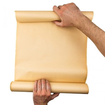 Mensenhanden die oud beklemtoond document broodje houden. lege ruimte, ruimte voor tekst, kopiëren, belettering. verticale achtergrond.