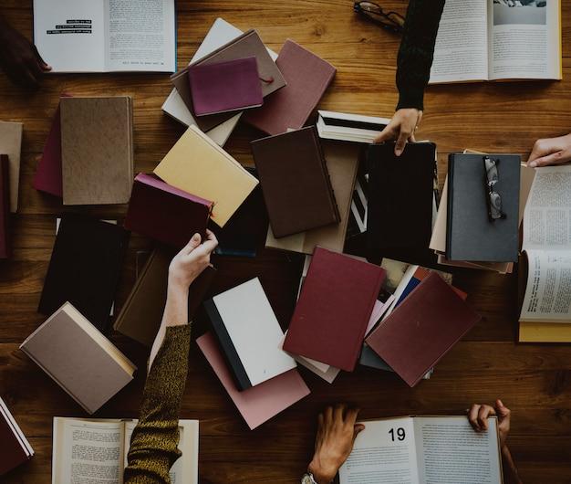 Mensenhanden met het lezen van boeken