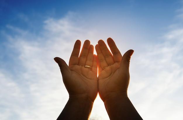 Mensenhanden openen de palm van aanbidding. eucharistietherapie zegen god die u helpt zich te bekeren katholieke pasen vastentijd bid. christelijk religie concept.