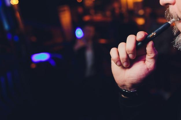 Mensenholding in één hand rokende module alvorens te roken.