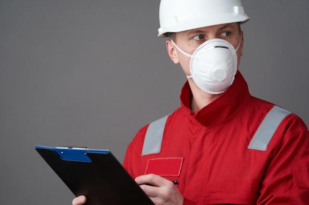 Menseningenieur, bouwvakker die gezichtsmasker draagt