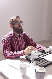 Mensenjournalist en technologieconceptschrijver werkt aan een nieuw boek