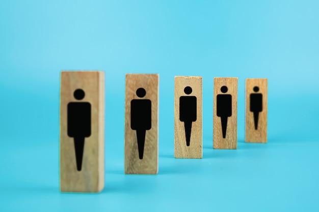 Mensenpictogrammen voor sociale afstand op houten stuk speelgoed blok.