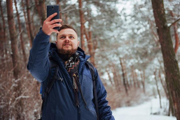 Mensenreiziger met rugzak wandelen avontuur levensstijl actieve vakanties buiten. mooi landschapsbos