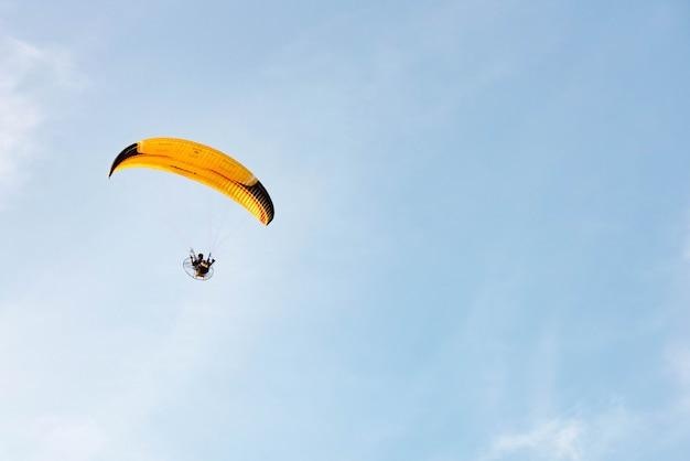 Mensenrit paramotor die in de hemel vliegt