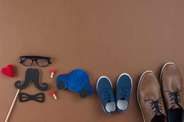 Mensenschoenen met glazen en document snor op lijst