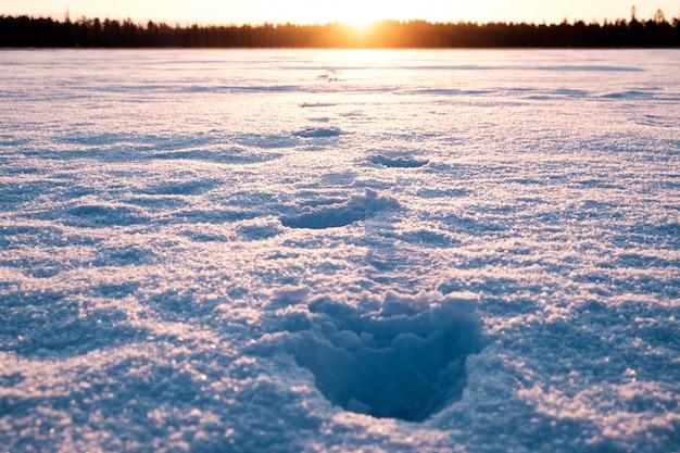 Mensenvoetafdrukken op de sneeuw op een zeer koude ochtend