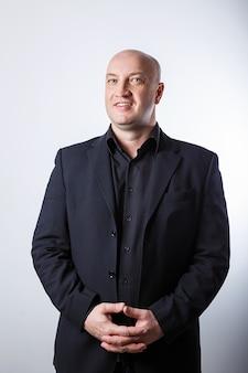 Mensenzakenman in zwart kostuum op witte achtergrond.