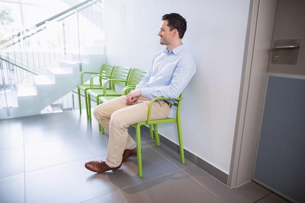 Mensenzitting op stoel in het ziekenhuisgang