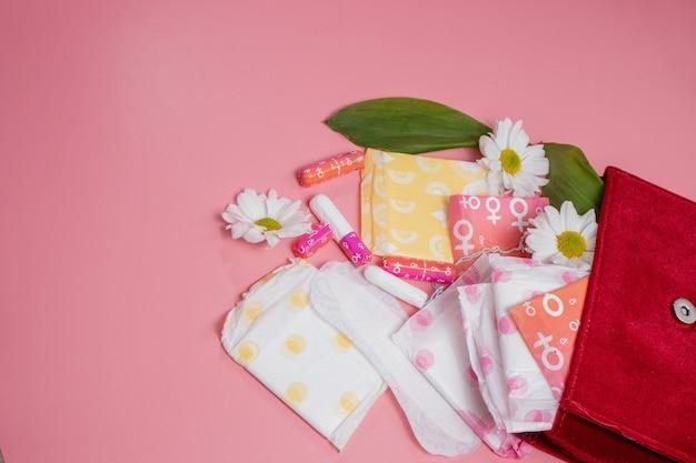 Menstruatietampons en maandverband in make-uptasje. menstruatie cyclus. hygiëne en bescherming.
