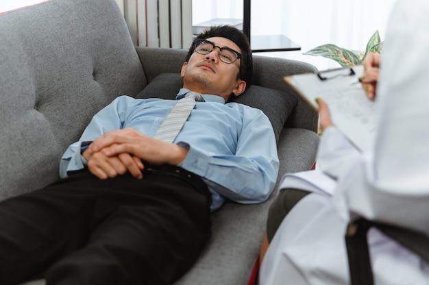 Mentale gezondheid. de psycholoog adviseert patiënt. werkloosheid van economische problemen tijdens coronavirus of covid-19 banenverlies in thailand, azië.