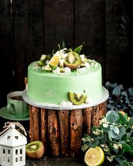 Menthol collor cake versierd met kiwi en limoen