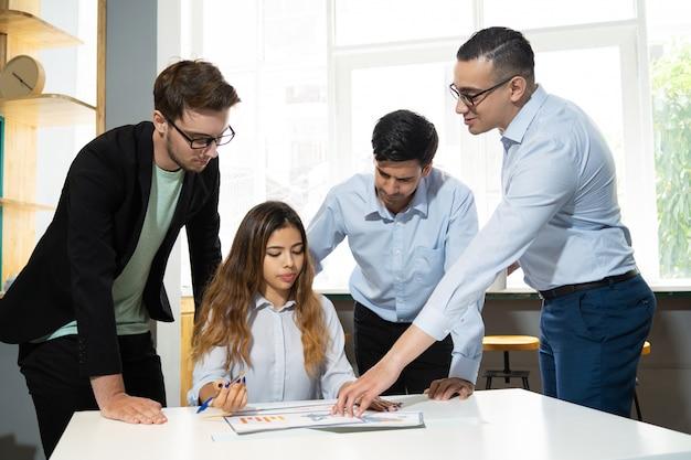 Mentor die marketinggegevensinternen uitlegt