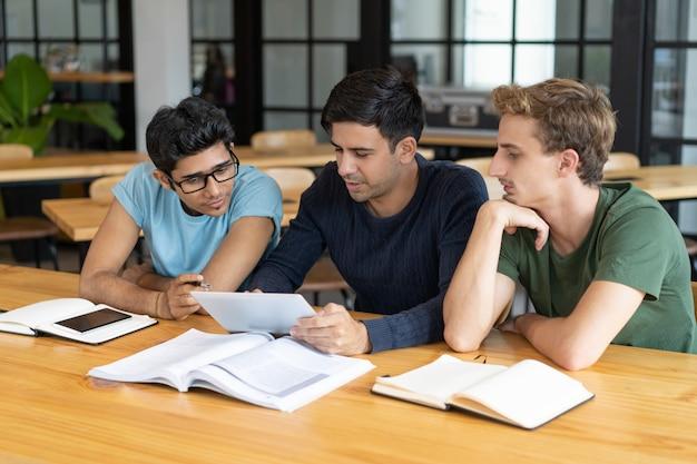 Mentor die studenten van bedrijfsschool opleidt
