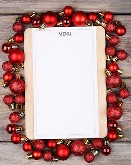 Menu bord met kerstversiering op houten planken achtergrond