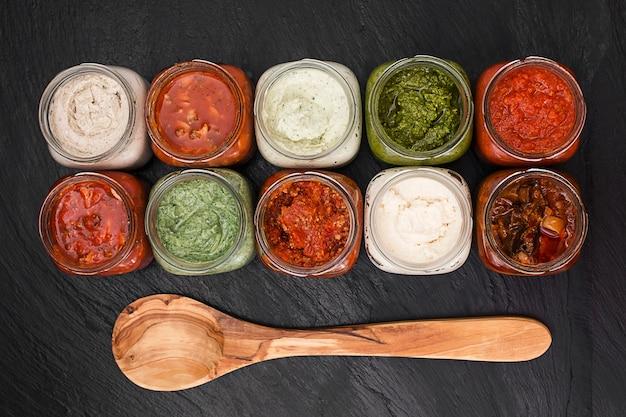 Menu concept met verschillende sauzen bovenaanzicht