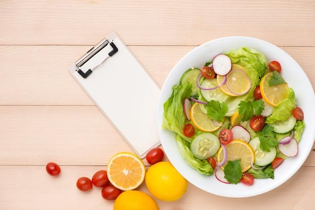Menu, voedselrecept, papier en zelfgemaakte verse salade.