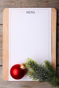 Menubord met kerstversiering op houten plankenachtergrond