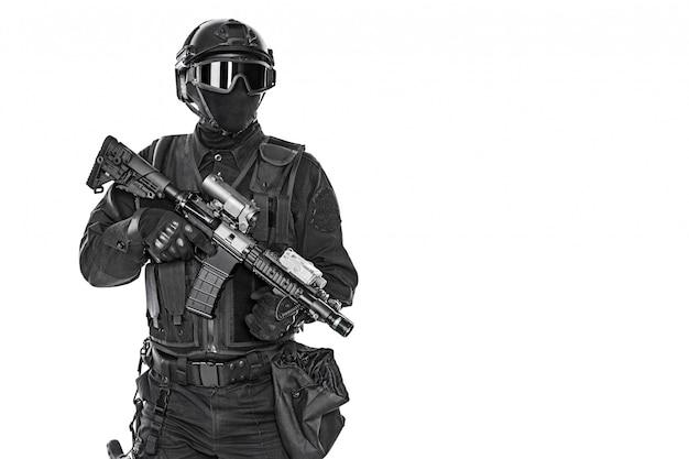 Mep operator met geweer