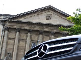 Mercedes cls 350 bij dunedin gemeentehuis