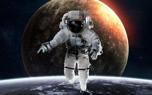 Mercurius met astronaut voor planeet. zonnestelsel. elementen van deze afbeelding geleverd door nasa