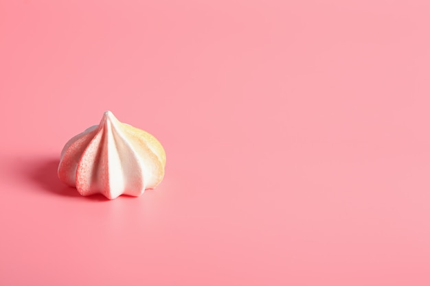 Meringue snoep op roze achtergrond