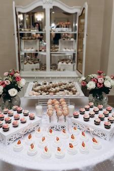 Meringue, snoep pops en cupcakes op de zoete bar